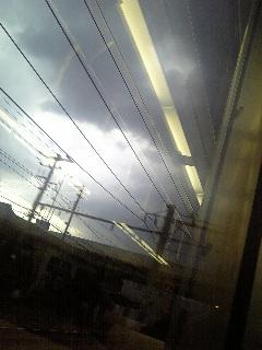 車窓からの黒雲