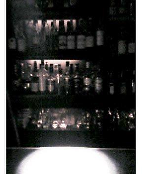バーで一人佇む
