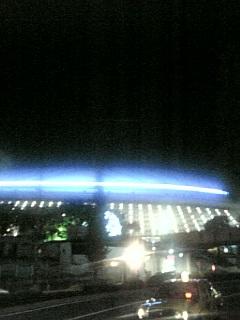 東京ドームの前で