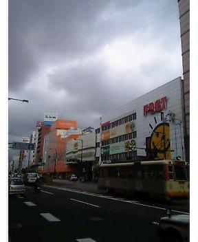 松山も曇天なり